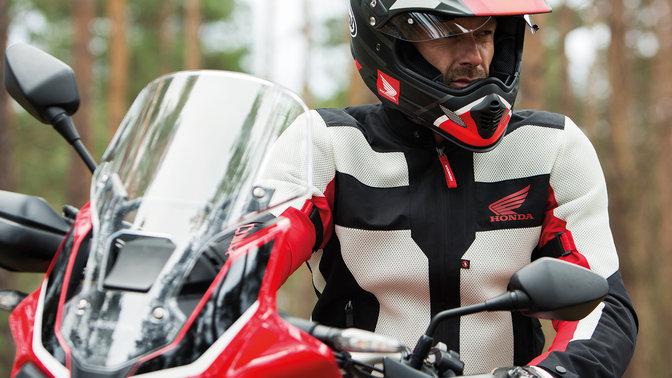 c9570377f85 Přední část motocyklu Honda Africa Twin. Muž sedící na motocyklu Honda ...
