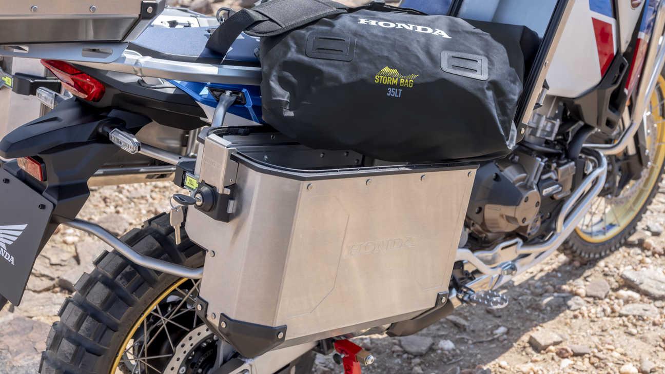 Honda Africa Twin Adventure Sports, záběr na postranní kufr
