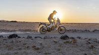 Honda Africa Twin Adventure Sports, zprava, jízda po polní cestě pouštní krajinou