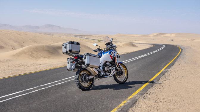 Honda Africa Twin Adventure Sports pohled shora, levý přední poloprofil, jízda na silnici pouštní krajinou