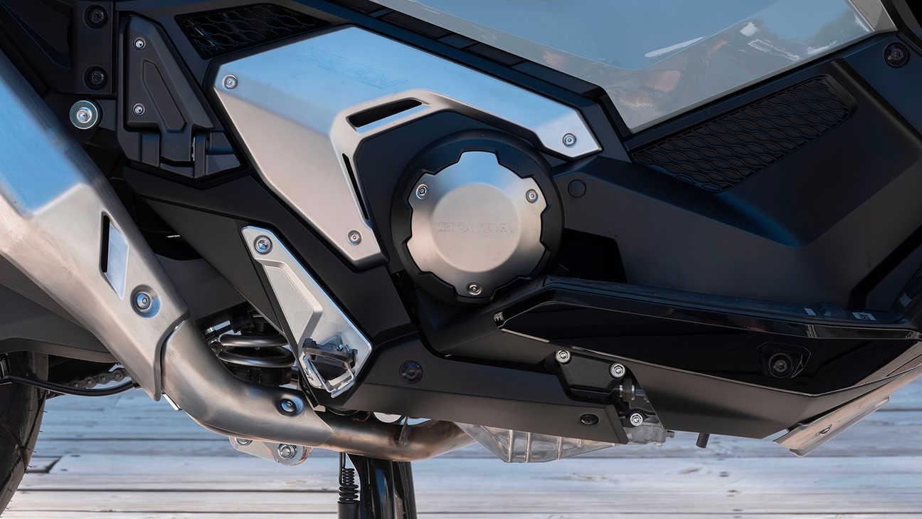 X-ADV, výkonnější řadový dvouválcový motor s8ventily aobjemem 745ccm