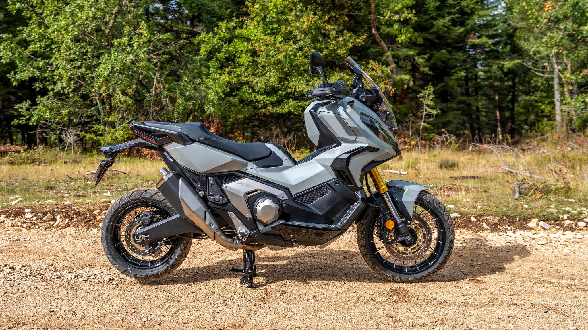 Honda X-ADV, šedý motocykl na lesní cestě
