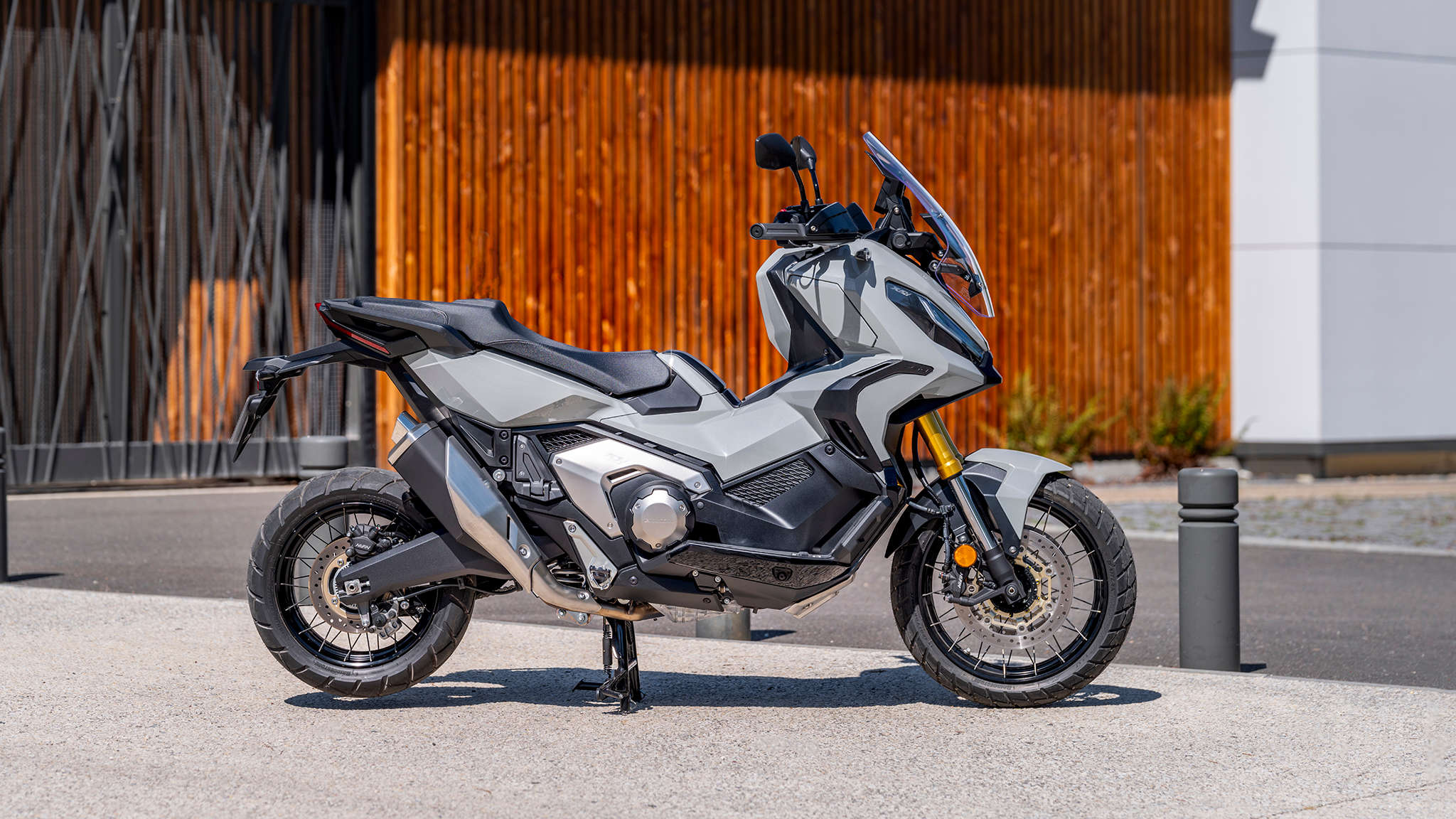 Honda X-ADV, šedý motocykl na ulici