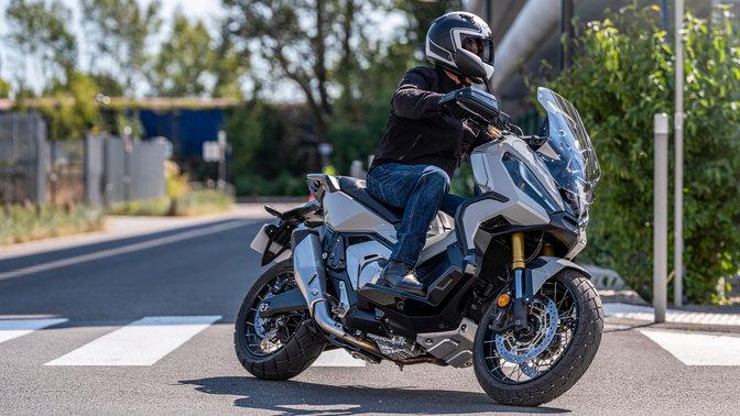 Honda X-ADV – pravý přední poloprofil, sjezdcem, ulice ve městě