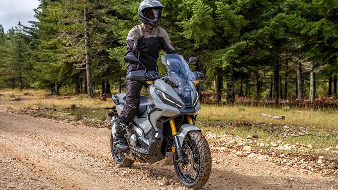 Honda X-ADV – přední pravý poloprofil, s jezdcem, cesta vlese