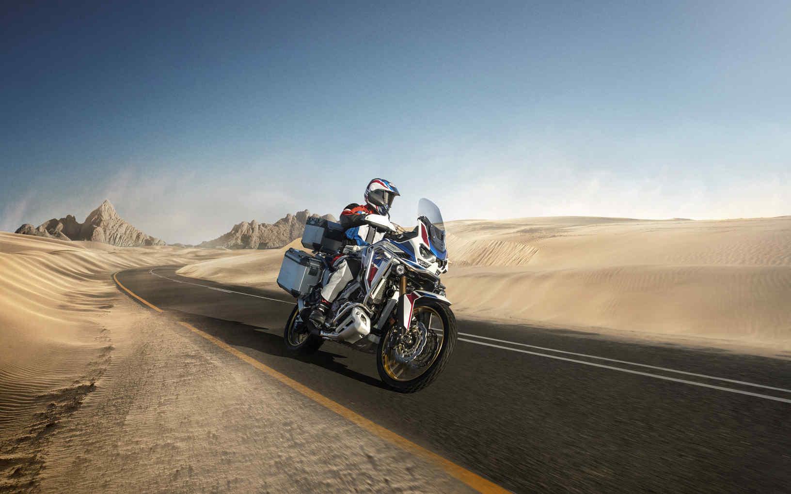 Honda Africa Twin Adventure Sports, přední pravý poloprofil, jízda po silnici pouštní krajinou