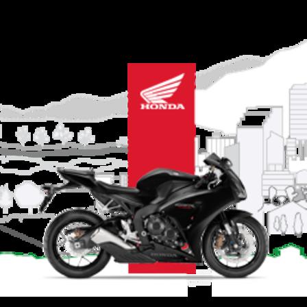 Pohled zpravé strany na černý motocykl Honda cbr500r.