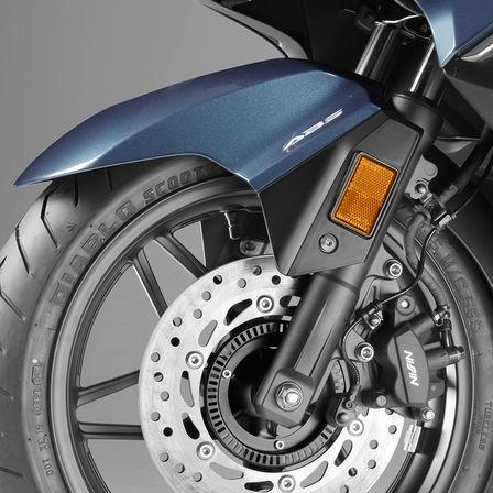 Detailní pohled na přední kolo modelu Honda Forza300