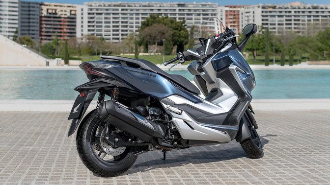 Boční pohled na motocykl Honda Forza 300 ve městě