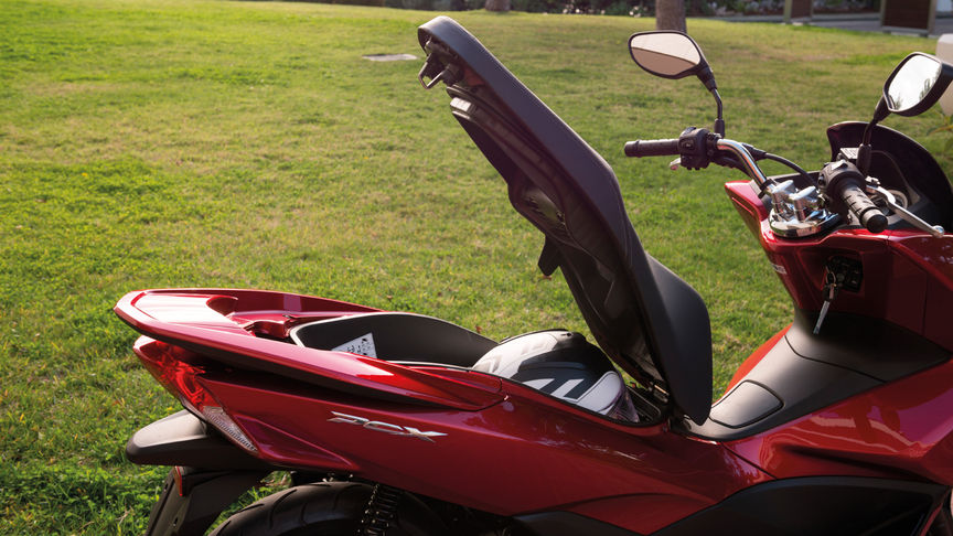 Honda-Scooter-PCX150-Studio-Pearl Siena red-Seat