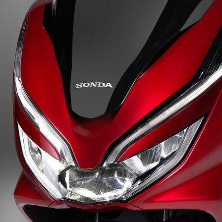 Detailní záběr světlometů modelu Honda PCX125