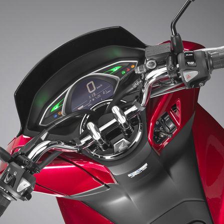 Detailní záběr řídítek modelu Honda PCX125