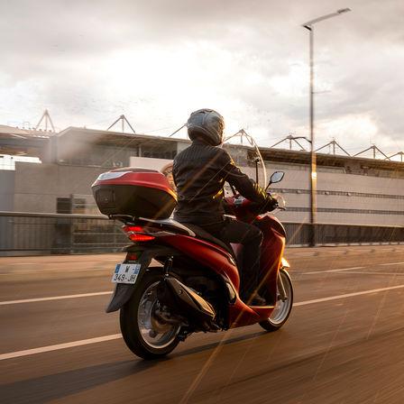 Honda SH350i, pravý zadní poloprofil, sjezdcem, červený motocykl