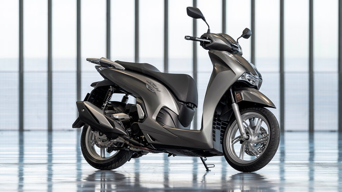 Honda SH350i, zprava, zaparkovaný, šedý motocykl
