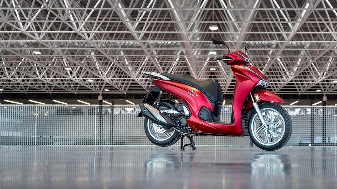 Honda SH350i, zprava, zaparkovaný, červený motocykl