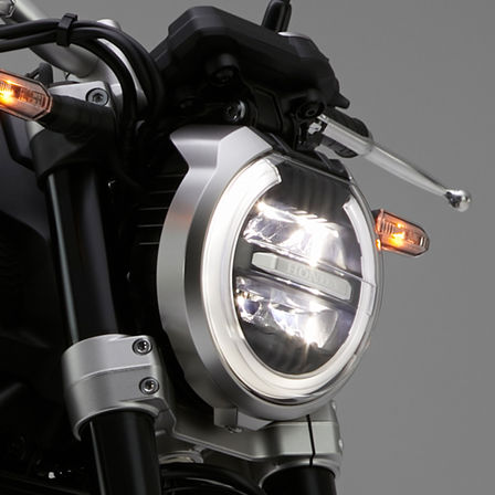 Detailní záběr světlometu modelu Honda CB1000R Neo Sports Café.