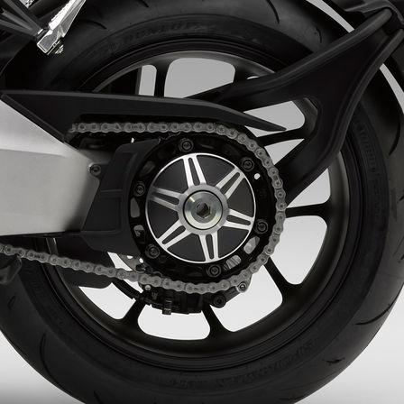 Detailní záběr zadního kola motocyklu Honda CB1000R Neo Sports Café.
