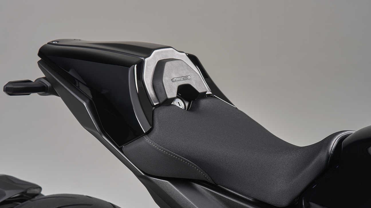 CB1000R Black Edition, odnímatelný kryt sedla