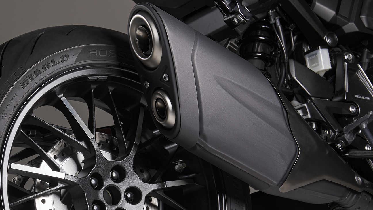 Honda CB1000R Black Edition, černý výfuk