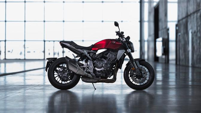 Honda CB1000R – pravá strana, zaparkovaný, uvnitř budovy