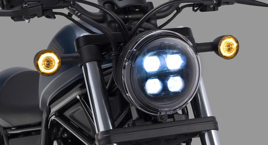 Detailní záběr světlometu motocyklu Honda CMX500 Rebel.