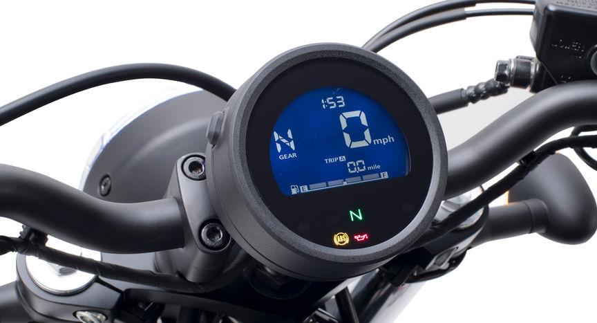 Detailní záběr rychloměru motocyklu Honda CMX500 Rebel.